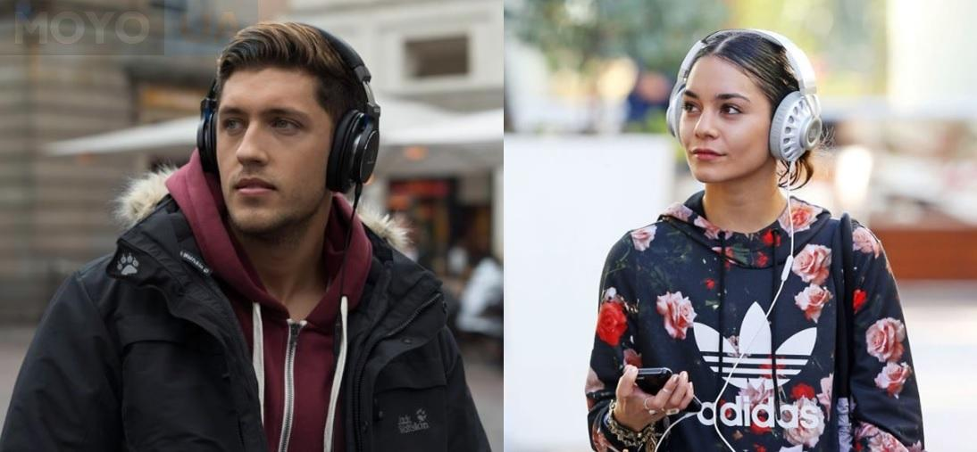 Парень и девушка в мониторных наушниках