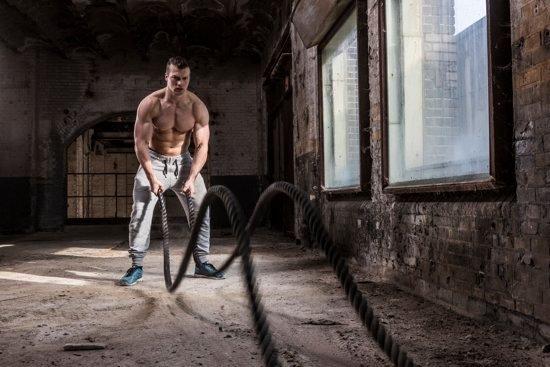 Тренировка с боевым канатом