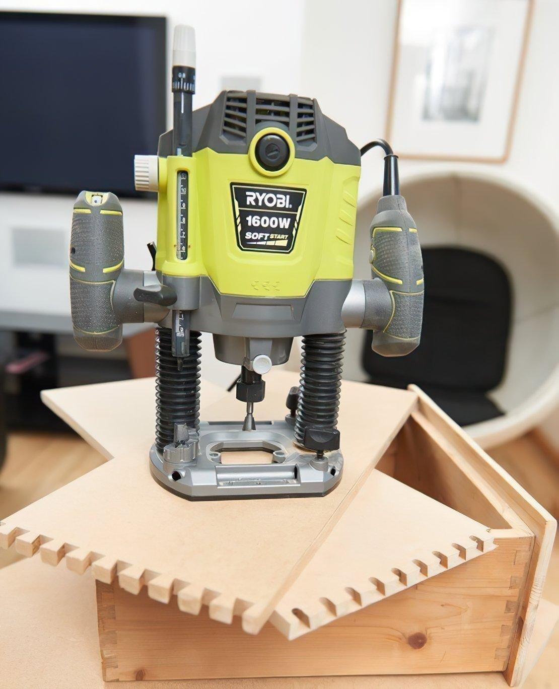 Фрезер Ryobi электрический RRT1600P-K, 1600Вт, ход фрезы 55 мм, 10000-26000 об / мин фото