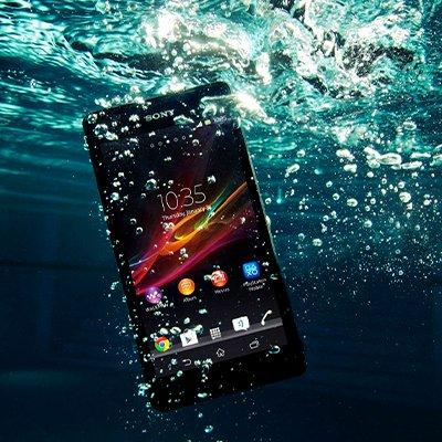 Что делать, если телефон упал в воду: 3 возможных проблемы после намокания