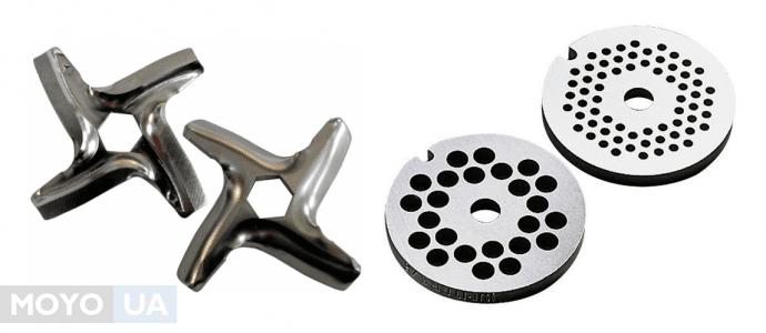 классическая комплектация электромясорубки — ножи и решетки
