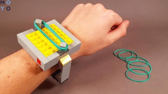 Как изготовить часы, стреляющие резинками?